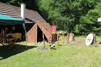Ein kleines römisches Lager mit einem braunen Zelt ist zu sehen.